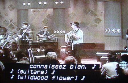 Captions read ♪ (guitare) ♪ ♪ [wildwood flower] ♪